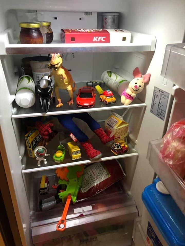 網友一早開冰箱發現裡面塞滿兒子給的「驚喜」。圖擷自爆廢公社