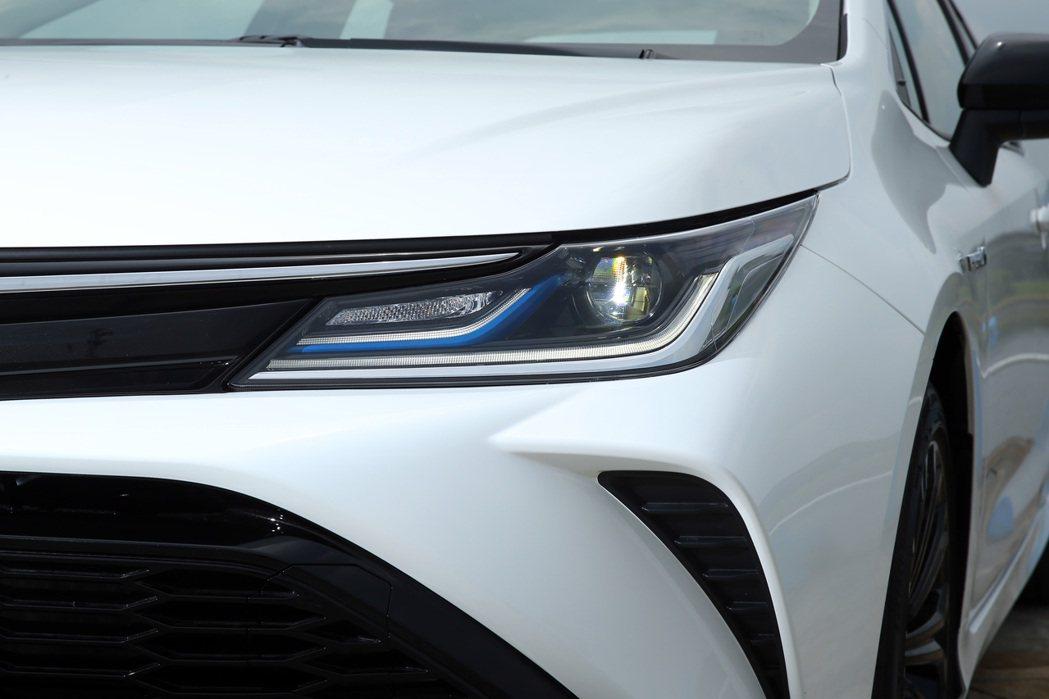 頭燈內的藍色飾條可辨識出Altis GR Sport Hybrid的油電車型身分...