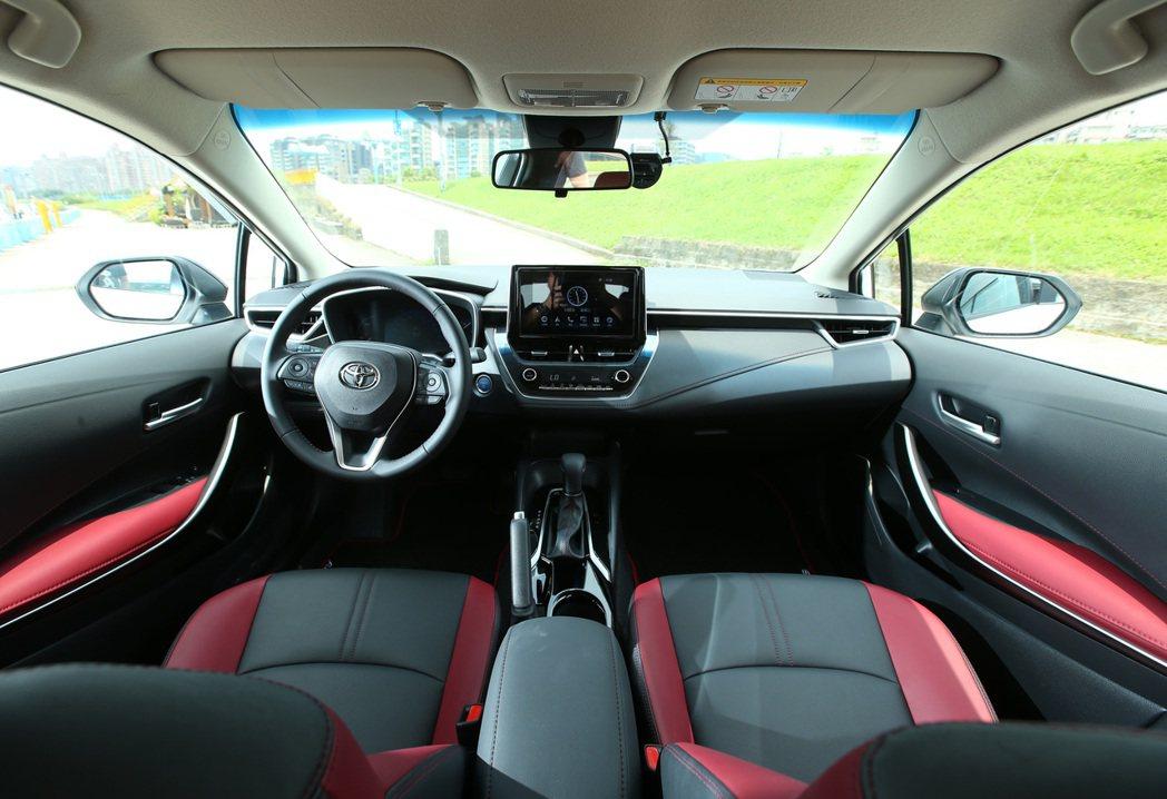 車室內裝採用紅黑配色。 記者林澔一/攝影