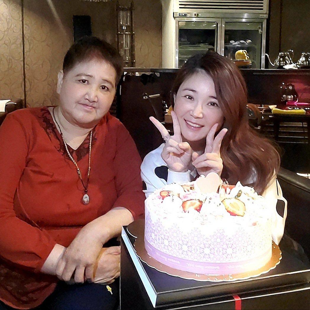 黃思婷(右)擔心媽媽心情受影響,因此對媽媽隱瞞傷勢。圖/豪記唱片提供