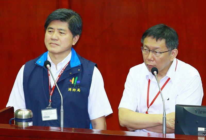 台北市消防局長吳俊鴻(左)在市政會議後向台北市長柯文哲(右)請辭。聯合報系資料照片