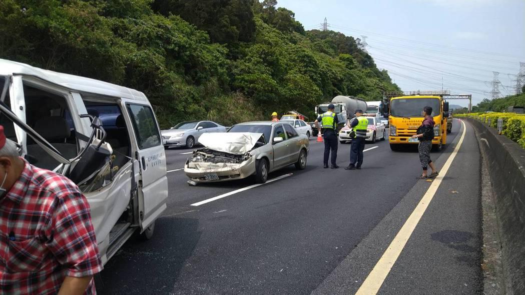 國道3號中和段稍早因不明原因發生一起5車連環車禍,目前無人受困,但事故佔用兩線道...