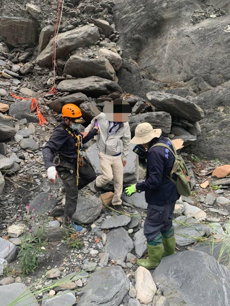 高雄67歲李姓男子獨自入山踏青,對山區環境不熟,險些掉下懸崖,搜救人員緊急救援,在千鈞一髮之際,以吊掛方式將他救下,才結束驚魂。圖/高雄六龜警分局提供