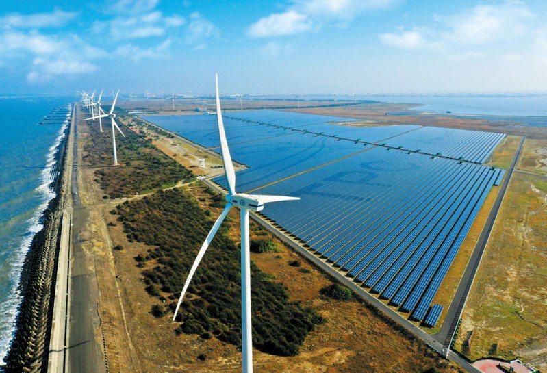 台電投入綠電市場,透過銷售自建綠電,可為綠電交易平台挹注8.4億度綠電,成為目前全台最大綠電供給者。圖為「彰濱雙綠能」太陽光電暨風力發電場。 圖/台電提供