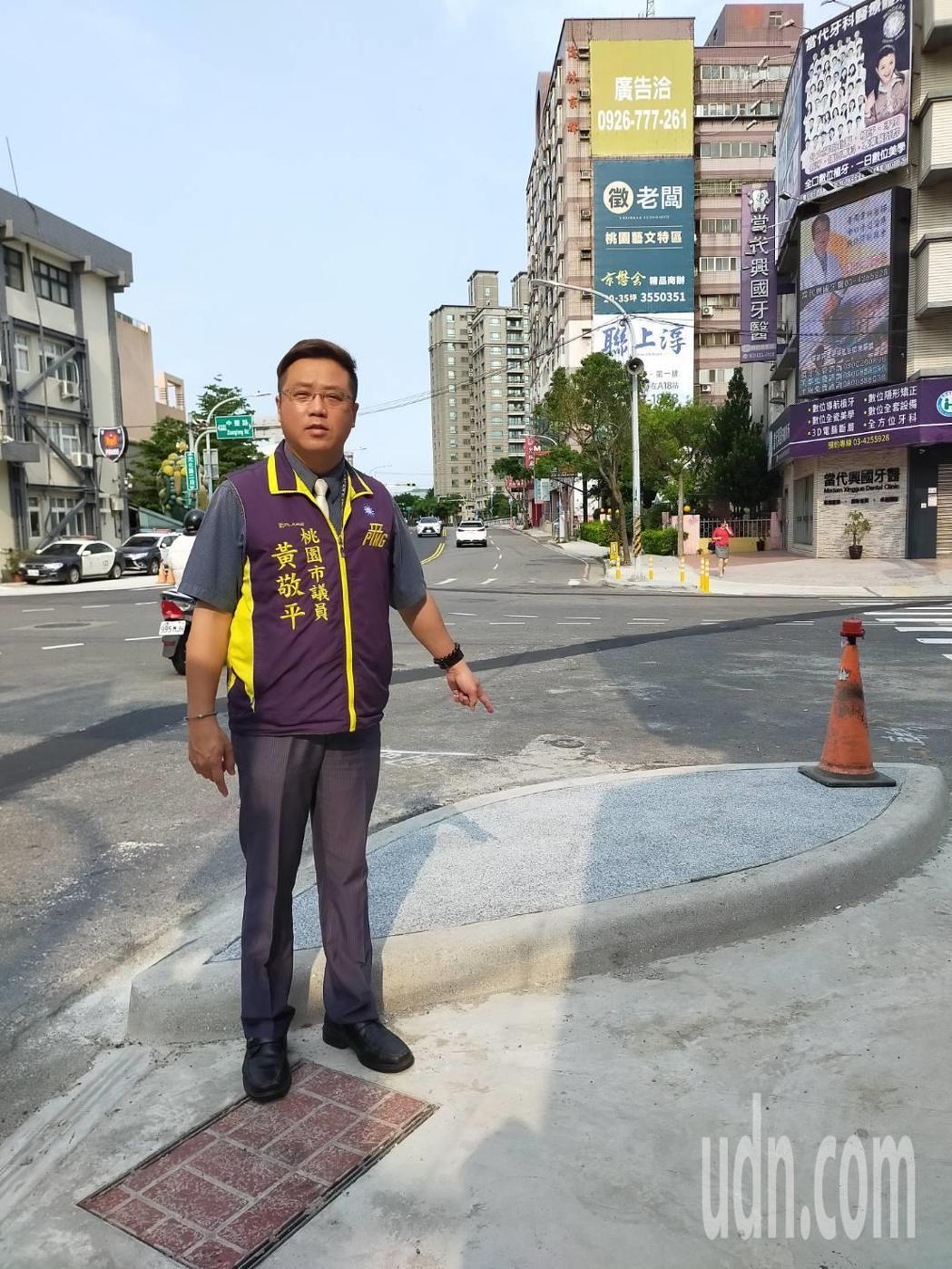 市議員黃敬平指的人行道在路口突出部分,是養工處新設計的「島頭」。記者鄭國樑/攝影