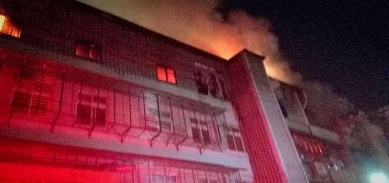 起火點位於4樓,因頂樓加蓋延燒迅速。記者巫鴻瑋/翻攝