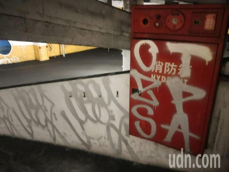 電影拍攝聖地基隆迴車塔一夜變樣,塗鴨客狂噴。記者游明煌/攝影