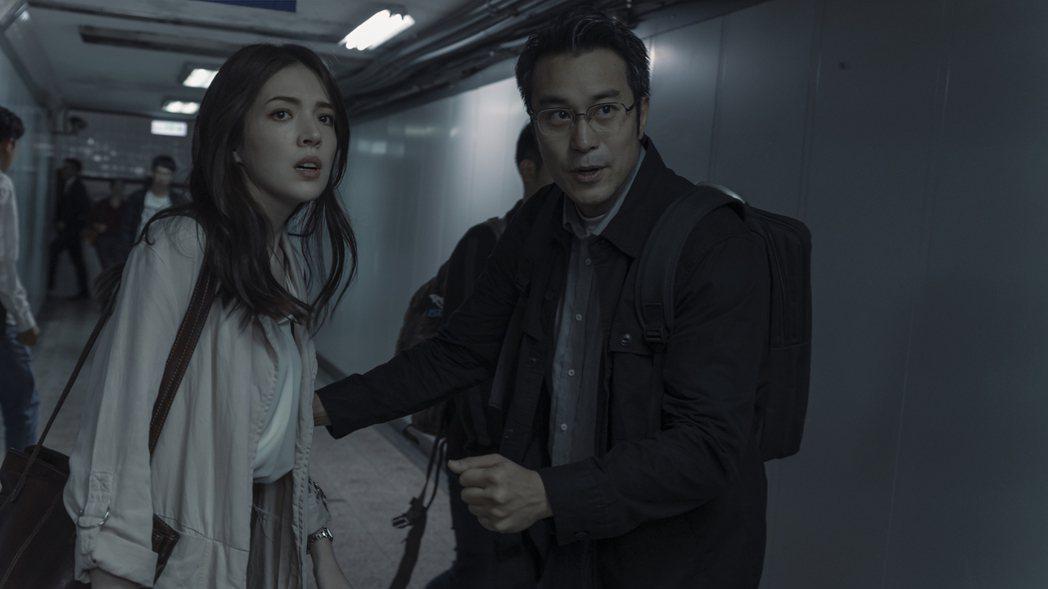 張孝全(右)與許瑋甯在劇中各自家庭都有本難念的經。圖/Netflix提供