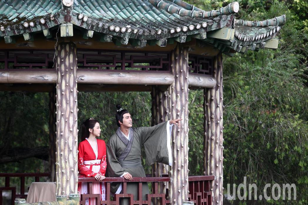 邵雨薇(左)與賀軍翔(右)在《天巡者》戲中男女主角古裝戲正式曝光,下午兩人拍攝在...