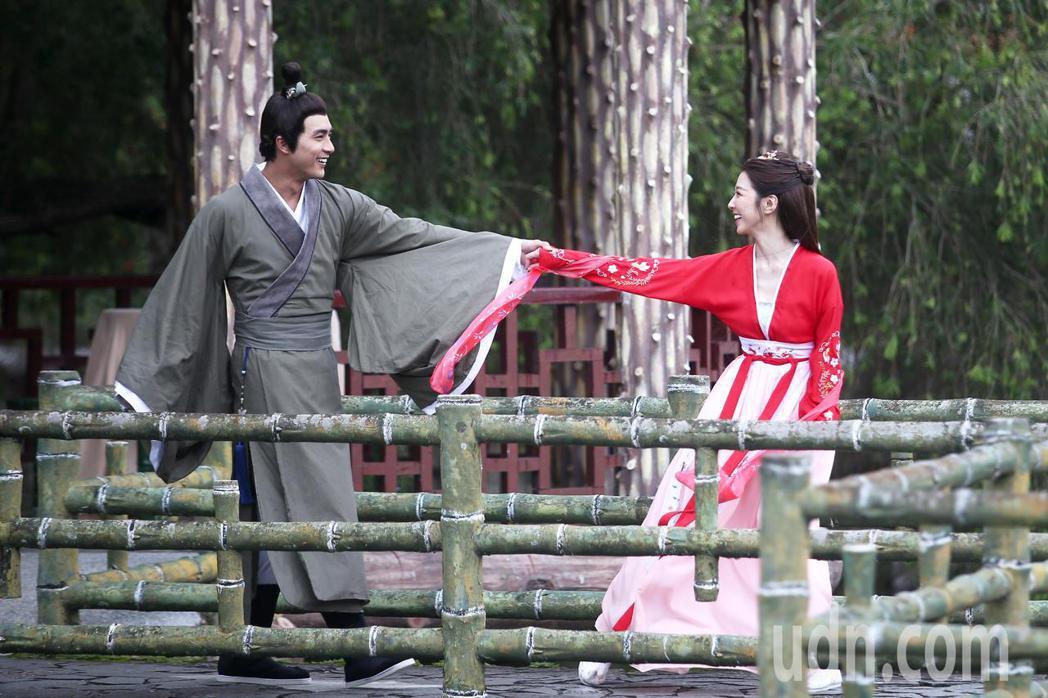 賀軍翔(左)與邵雨薇(右)在《天巡者》戲中男女主角古裝戲正式曝光,下午兩人拍攝在...