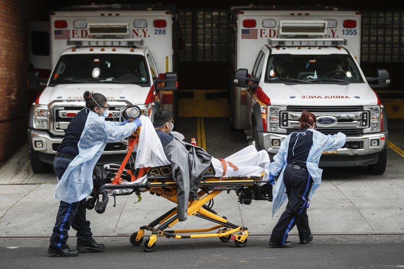 醫護人員運送新冠病毒患者,已成為一個多月來紐約市民慣見的場景。美聯社
