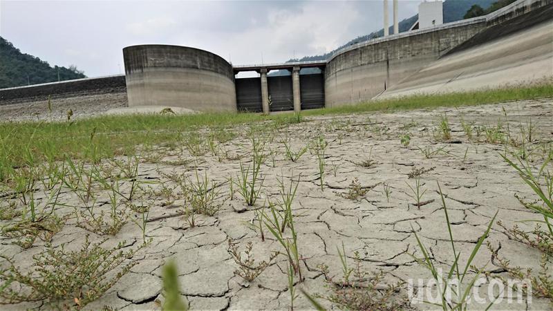 久旱不雨,台南地區主要水庫蓄水量都進入低水位,曾文水庫洩洪口浮覆地在烈日照射下,地表出現龜裂。記者吳淑玲/攝影