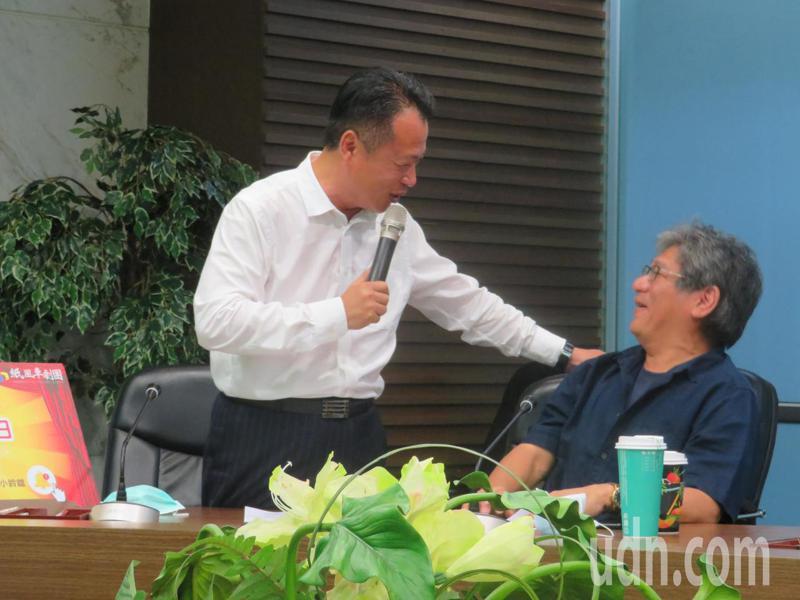 嘉義縣長翁章梁(右)紙風車執行長李永豐(左)攜手宣傳「紙風車綠光返笑日線上劇場」活動,兩人對話笑談。記者魯永明/攝影