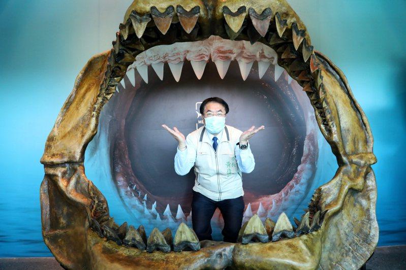 台南市長黃偉哲在巨齒鯊的血盆大口裡拍照,歡迎媽媽們來到左鎮化石館。圖/台南市府提供