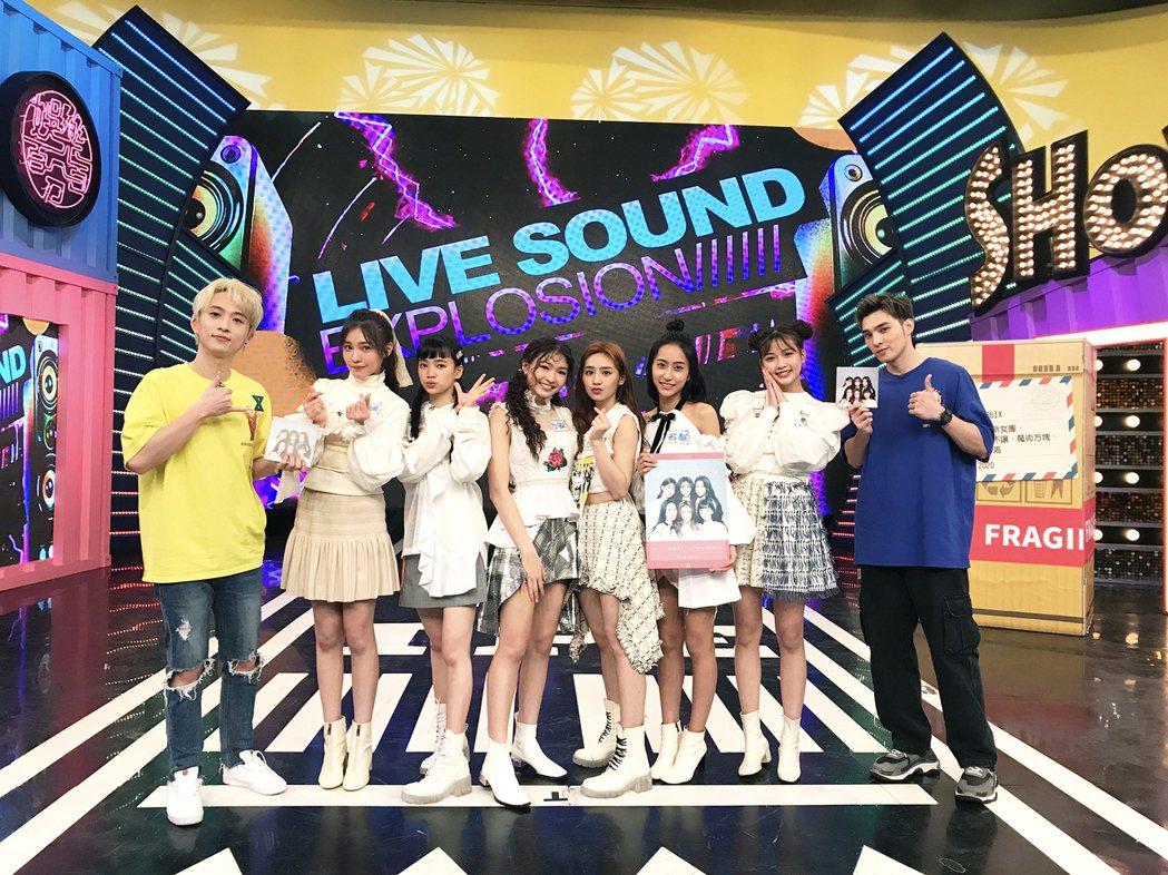 女團「PER6IX」錄製娛百時表示很開心見到主持人邱鋒澤(左)、偉晉。圖/喜歡音
