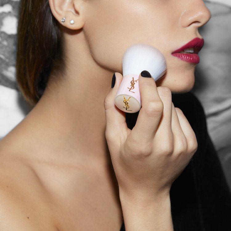 只要在5月20日上市日起消費任一款「初吻茶奶昔」系列唇彩與「超模光感3D亮顏盤」...