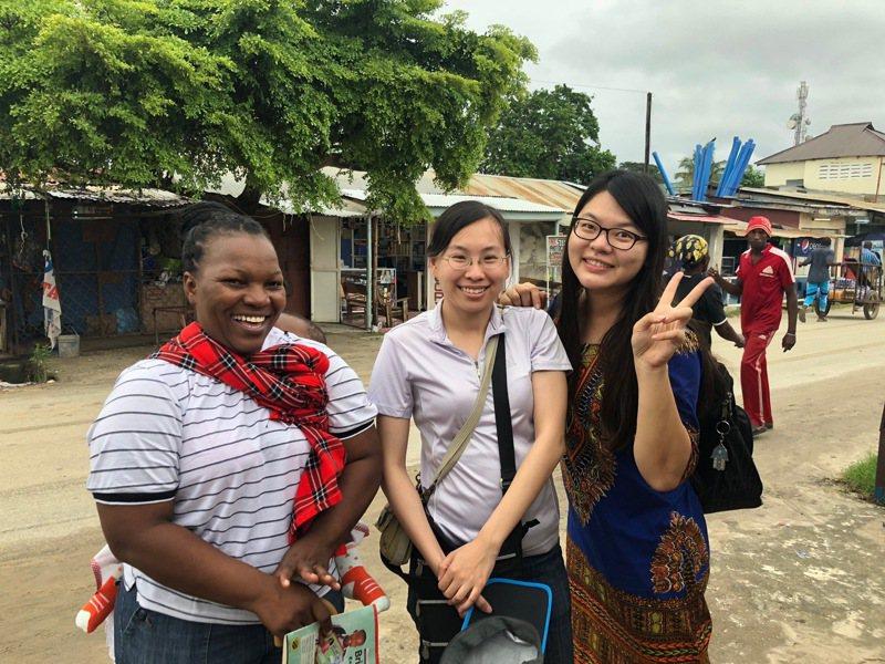 坦尚尼亞的小學老師Grace Mayemba(左)則來台攻讀碩士,她感動洪宜筠(右)不但沒有懷疑,更多次回應「妳可以做得到」,一席話讓她更堅定面對挑戰的意志。圖/教授彭宗平提供