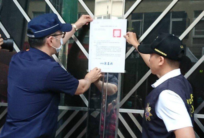 宜蘭羅東鎮的星聲代KTV多次縱容少年深夜聚集,且屢罰屢犯,警方今天張貼公告停業10天。圖/羅東警分局提供
