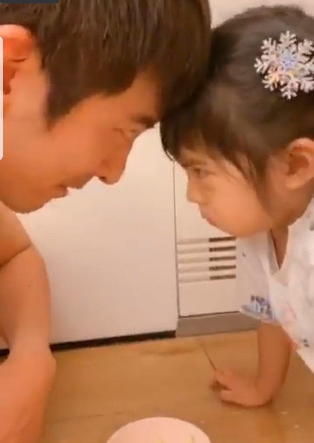 修杰楷和波妞甜蜜貼頭。圖/截圖自臉書