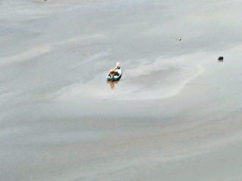 漁民在薑母島附近捕魚擱淺。 圖/范揚煥提供
