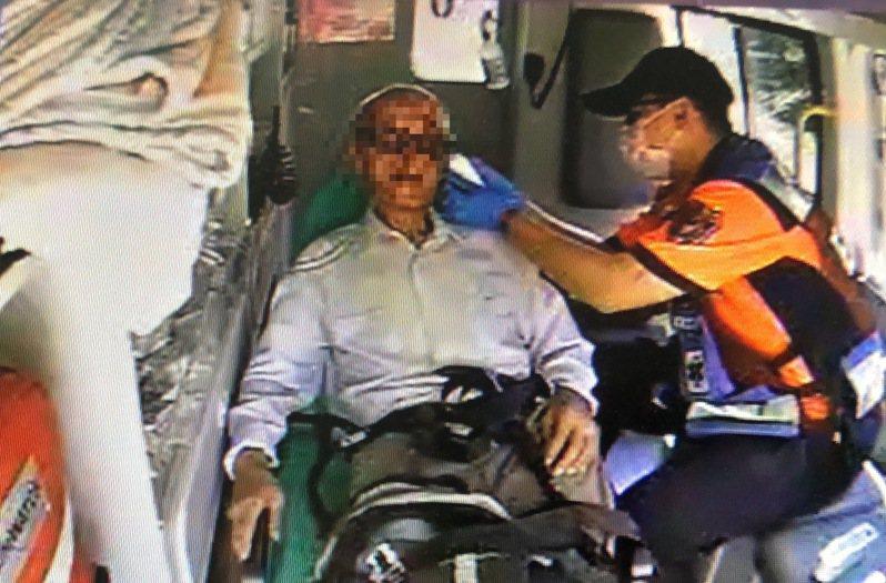 台南市大灣消防分隊救護人員趕抵現場,量測老翁體溫攝氏38.4℃,臉部則有輕微摔傷,疑有中暑現象。記者邵心杰/翻攝