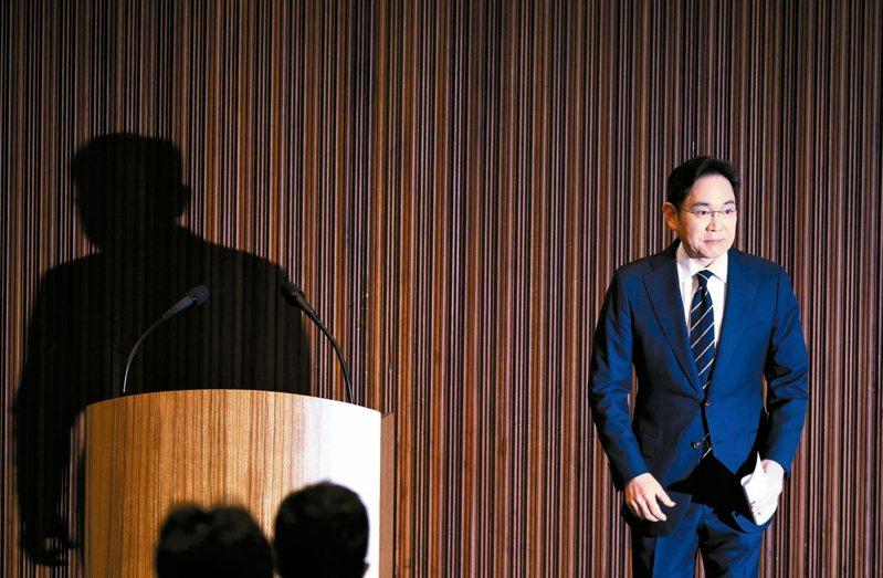 南韓三星集團副會長李在鎔六日在首爾舉行記者會鞠躬致歉。 歐新社