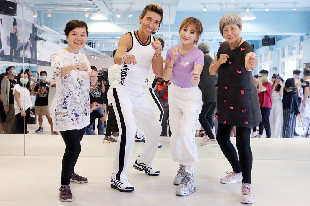 王宥忻(右二)帶媽媽(左)、婆婆(右)拜師潘若迪。記者徐兆玄/攝影