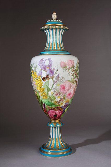 巴黎彩繪工房的《花卉大瓶》,曾在1878年巴黎萬國博覽會參展,是展中必看的展品之...