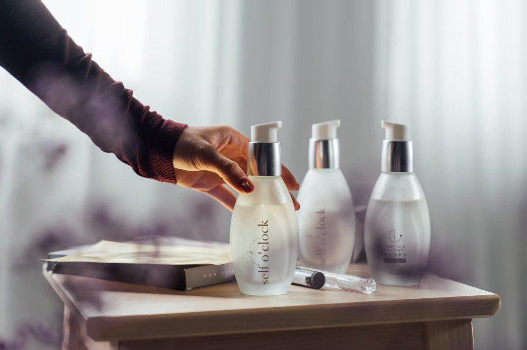 療癒系保濕品牌首波研發「緊緻保濕液#0」,含獨家控油粉末,能吸附臉上多餘油脂,讓...