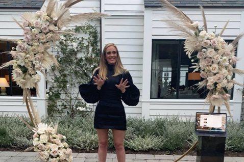英國鐵肺歌姬愛黛兒(Adele)以往過生日通常會發張專輯慶祝,但在5日年滿32歲的這天,她只在社群分享平台Instagram放了張簡單的生日照,還貼心留言,向前線抗疫人員致敬。美國哥倫比亞廣播公司新...