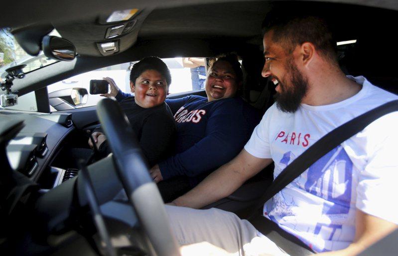 美國5歲男童艾德瑞安因媽媽不買藍寶堅尼給他,決定開車離家出走。此事引發國際關注,近日艾德瑞安在一名富商的邀請下坐上藍寶堅尼,終圓超跑馳騁夢。 美聯社