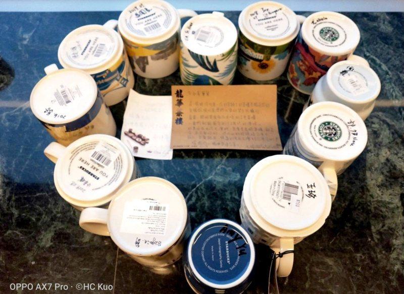 郭和昌醫師自世界各國收集的星巴克柸,會細心在杯底註記每次行旅的地點或致贈者的姓名...