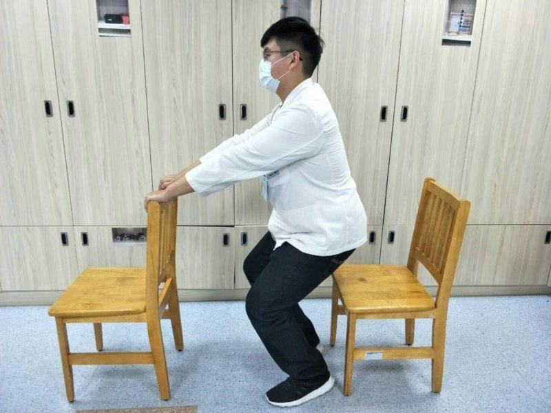 扶高背椅半蹲。 圖/童綜合醫院物理治療師陳佑昇提供