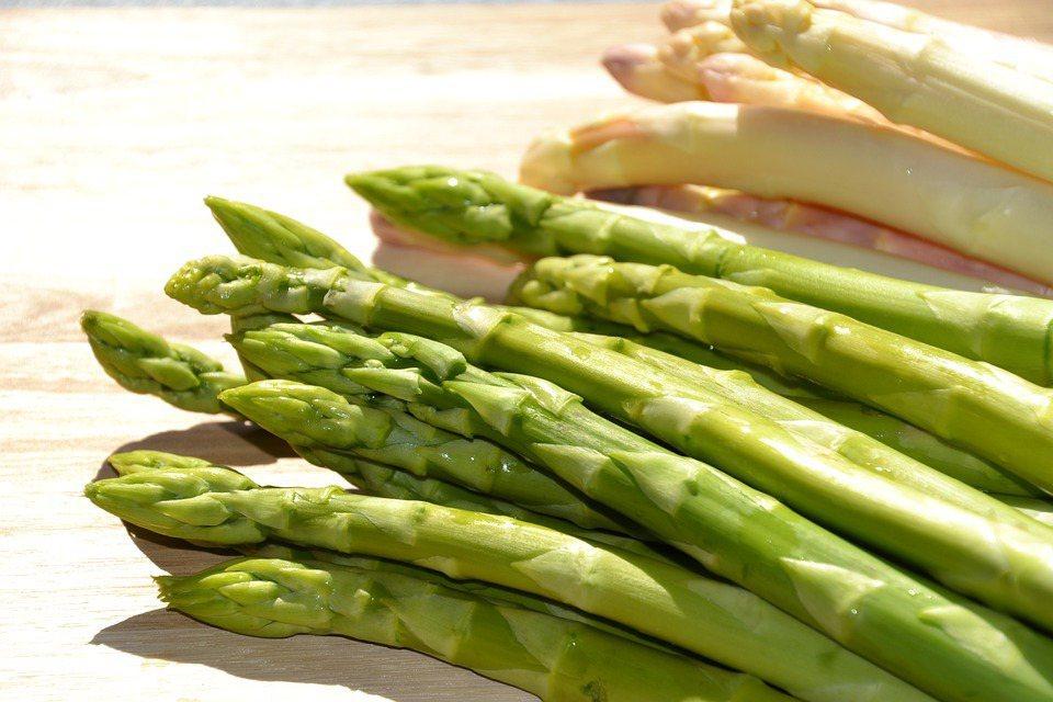 其實綠蘆筍、白蘆筍是同一種品種,只是農民會利用培土、遮光等方式,讓蘆筍照不到陽光...