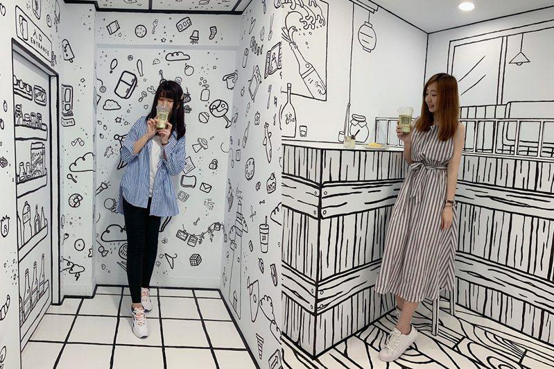 隱身在師大商圈《2D Taiwan》咖啡廳,全由馬來西亞的藝術團隊一筆一畫繪製出來的。黃琬淑/攝影