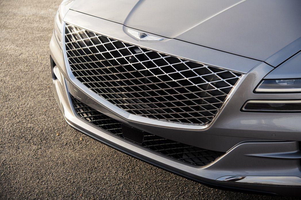 Genesis的車頭與燈組設計來自於廠徽的衍伸。 摘自Genesis
