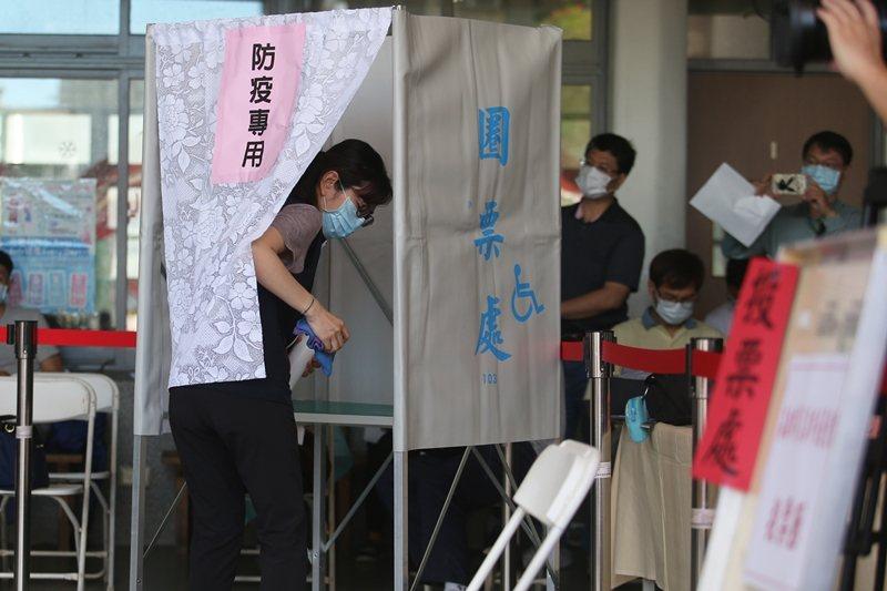 圖為高雄市選委會針對罷免高雄市長韓國瑜進行投開票防疫演練。 圖/聯合報系資料庫