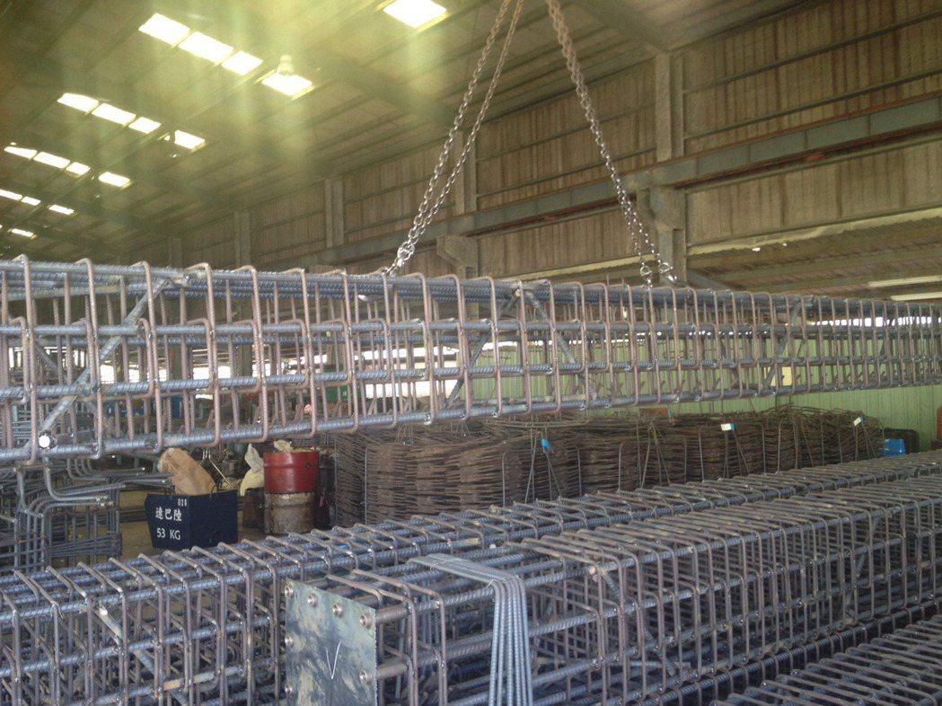 加工廠先行將鋼筋預組成為整體構件。圖/戴雲發提供