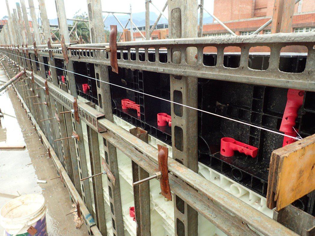 系統模板免泥作工法須採日式精準施工,完成面精準。圖/戴雲發提供