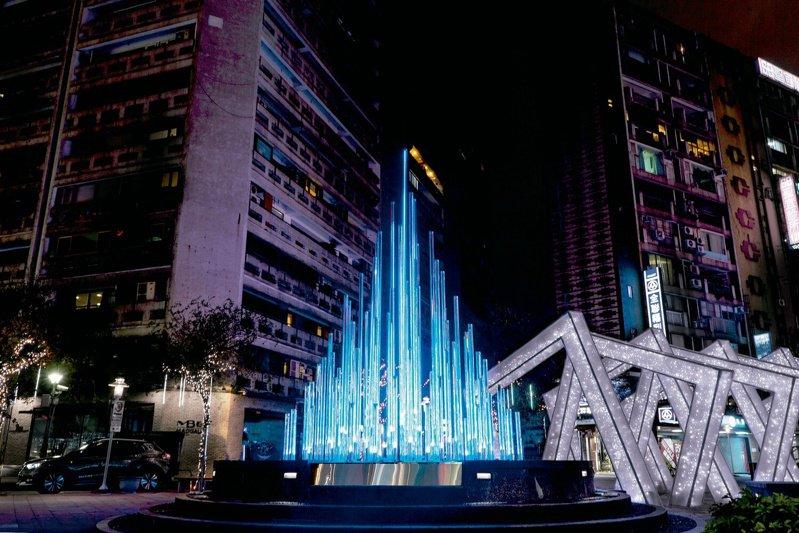 「流Stream」以燈光裝置點亮東區商圈新印象。( 圖/何理互動設計)