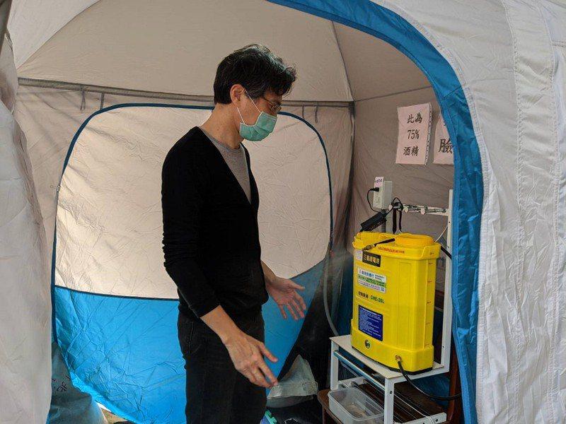 汐止翠柏新村有安養中心設置了三個防疫帳蓬,讓進出的長輩訪客能夠進行全身消毒,防疫多一層。 圖/觀天下有線電視提供