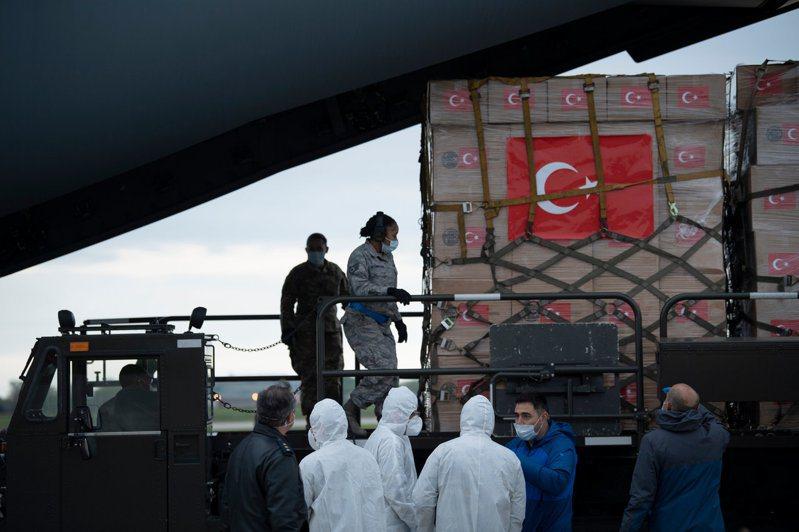 一架滿載援美醫療物資的土耳其軍機4月28日飛抵馬里蘭州安德魯空軍基地,工作人員正在卸貨。法新社
