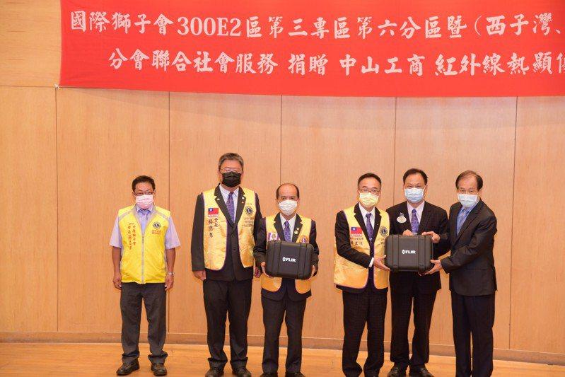 國際獅子會300E2第三專區獅友們,捐贈兩台紅外線熱顯像儀給中山工商防疫。圖/中山工商提供