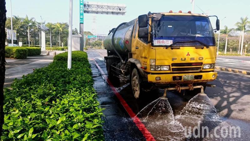 台南市環保局全面用回收水洗街,降低揚塵也節水。記者鄭惠仁/攝影