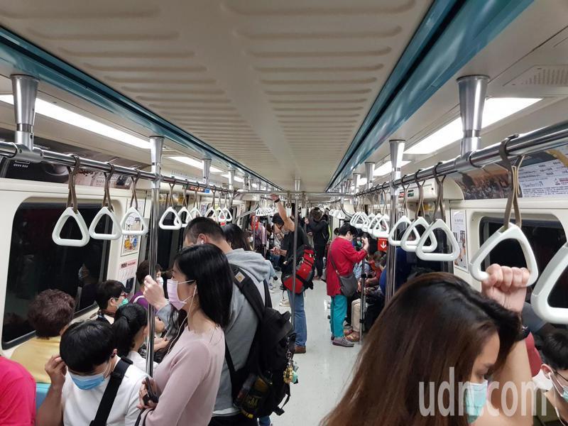 許多人搭捷運時都習慣滑手機消磨時間,有網友就好奇手機還未普及時,乘客是怎麼打發時間的。聯合報系資料照片/記者翁浩然攝影