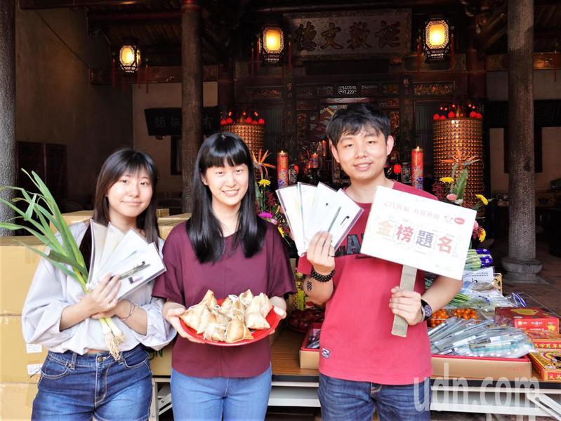 考季來臨,新北市立圖書館準備3000份文昌筆組贈送考生。記者吳亮賢 / 攝影