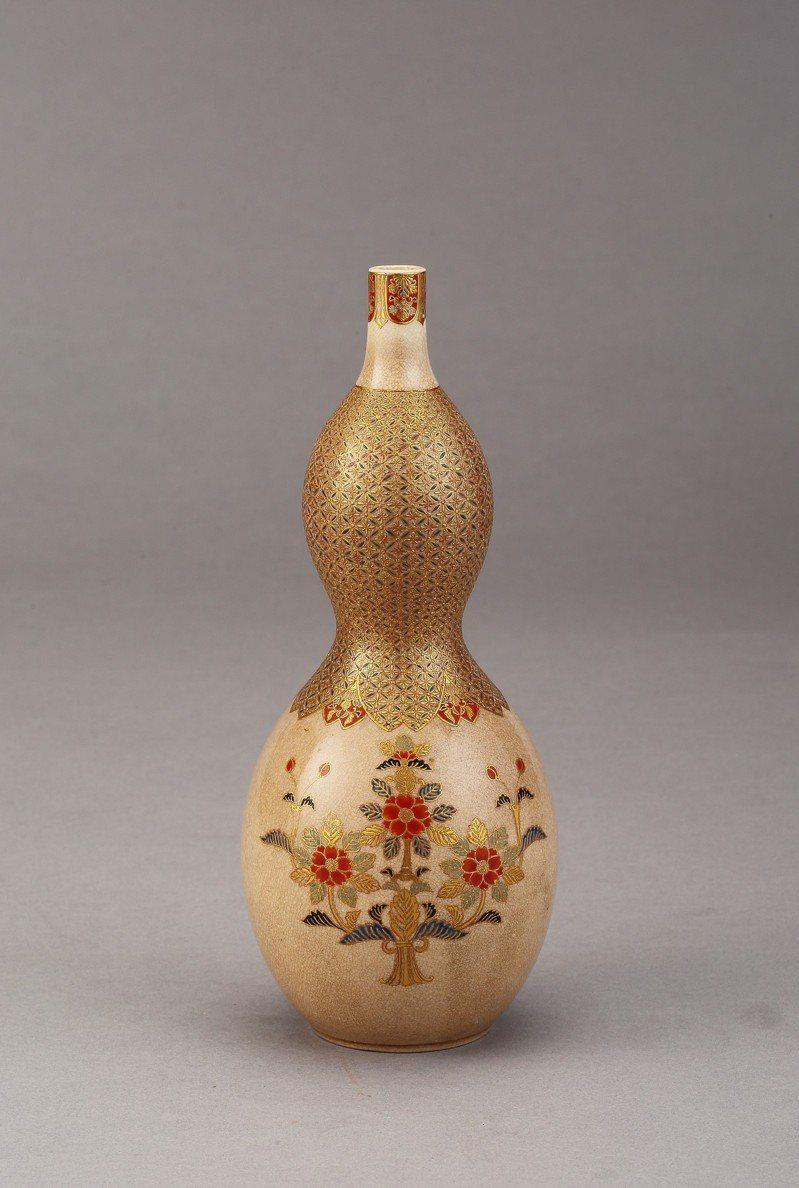 「京薩摩金描木瓜寶相花瓢形花生」是1867年明治天皇登基獻禮,瓢形帶有息災、櫻苞有納福的寓意。圖/鶯歌陶瓷博物館提供