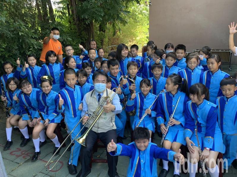 台南市新化演藝廳由台南市管樂團進駐,市長黃偉哲與新化國小管樂團合影。記者吳淑玲/攝影
