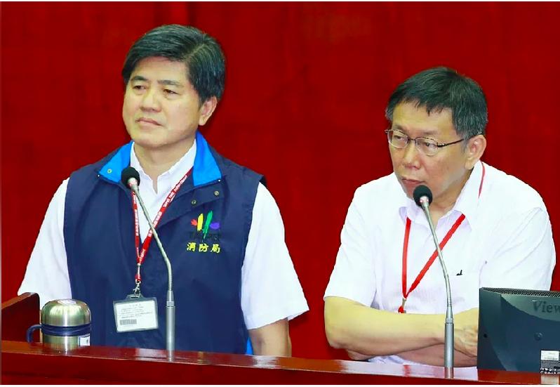 台北市消防局長吳俊鴻(左)日前向台北市長柯文哲(右)請辭。 圖/聯合報系資料照片