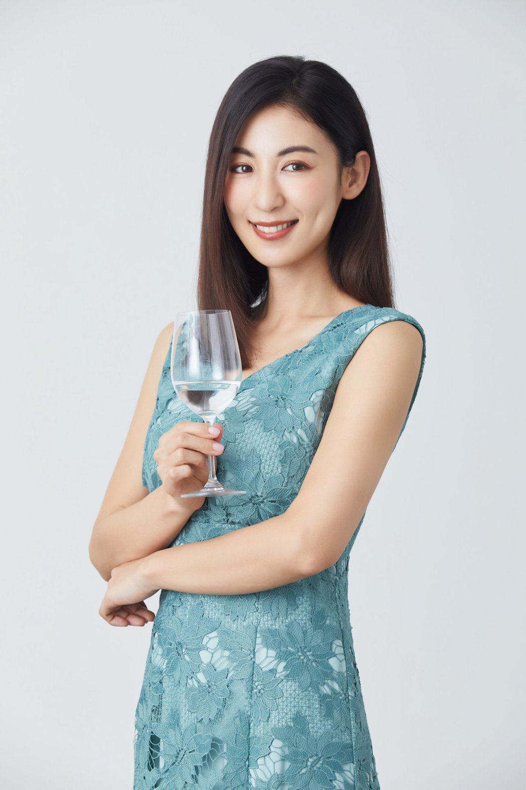 大久保麻梨子為故鄉福岡限定酒代言。圖/和心酒藏提供